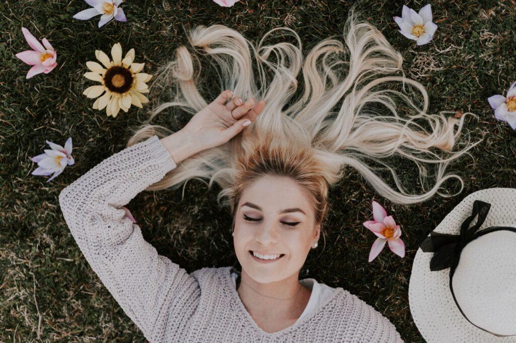 Frau auf Rasen